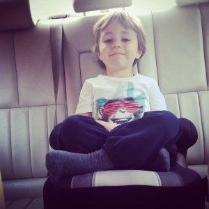 Viaggio on the road in macchina con bambini