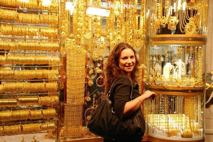 donna a dubai davanti ad una vetrina di un gioielliere