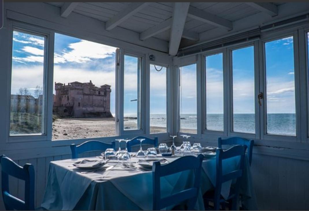 vista del ristorante isola del pescatore da dove si vede il castello di Santa Severa