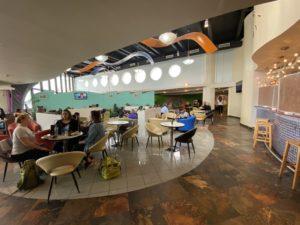 Lounge aeroporto Barbados. Foto della sala principale con divenenti e tavolini.