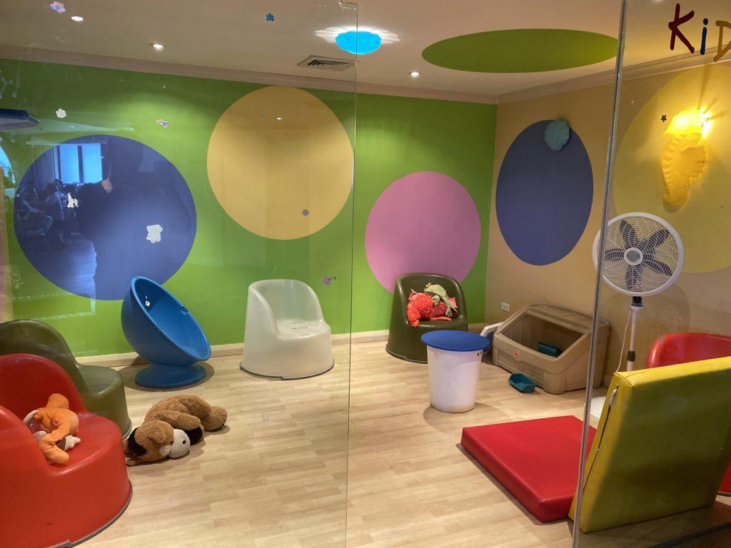 Lounge aeroporto Barbados.  sala dedicata ai bambini con poltrone colorate e giocattoli