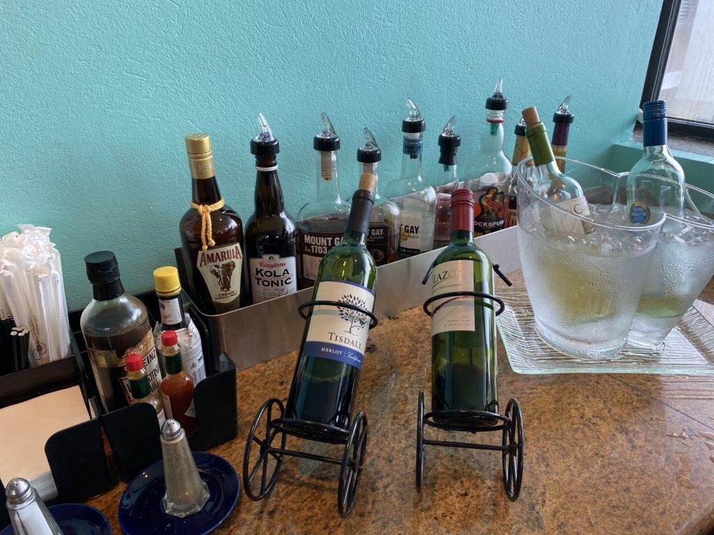 foto di liquori e bottiglie di vino