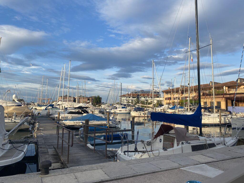 Grado tra hotel, spiagge, famiglie, cibo e barca a vela.