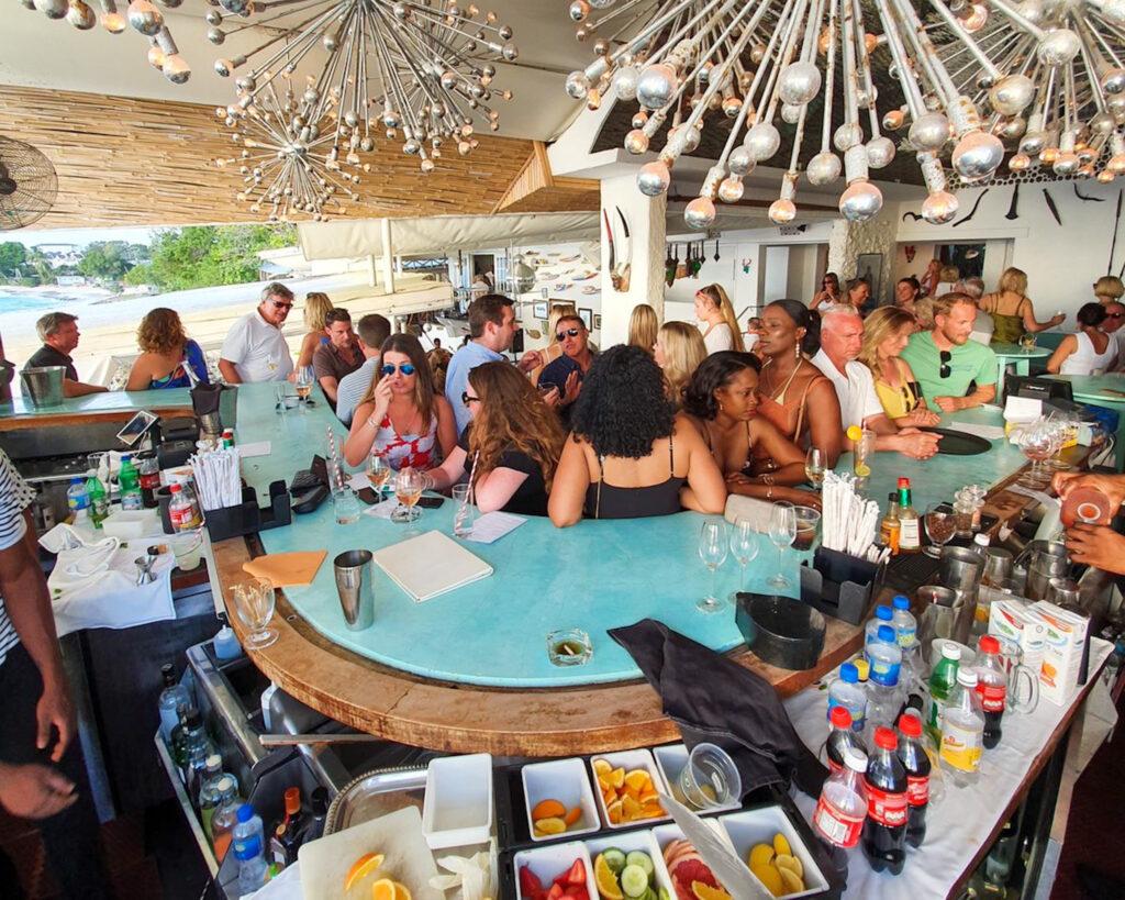 gente in attesa di una bibita al banco di un bar dei Caraibi