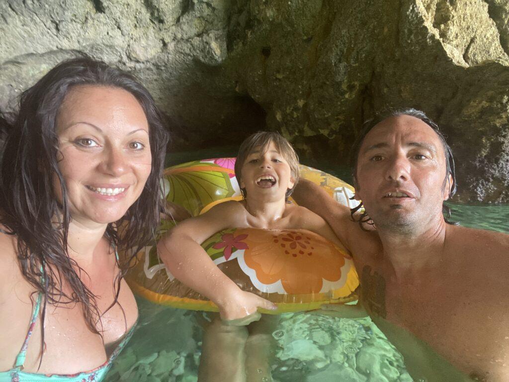 Interno della grotta della Baia di Porto Miggiano. Foto di famiglia con madre, padre e figlio.