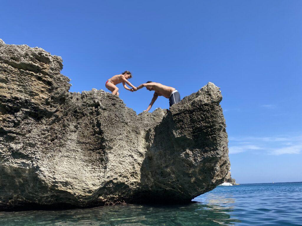 Flavio e Stefano su uno scoglio della Baia di Porto Miggiano in Salento pronti a tuffarsi
