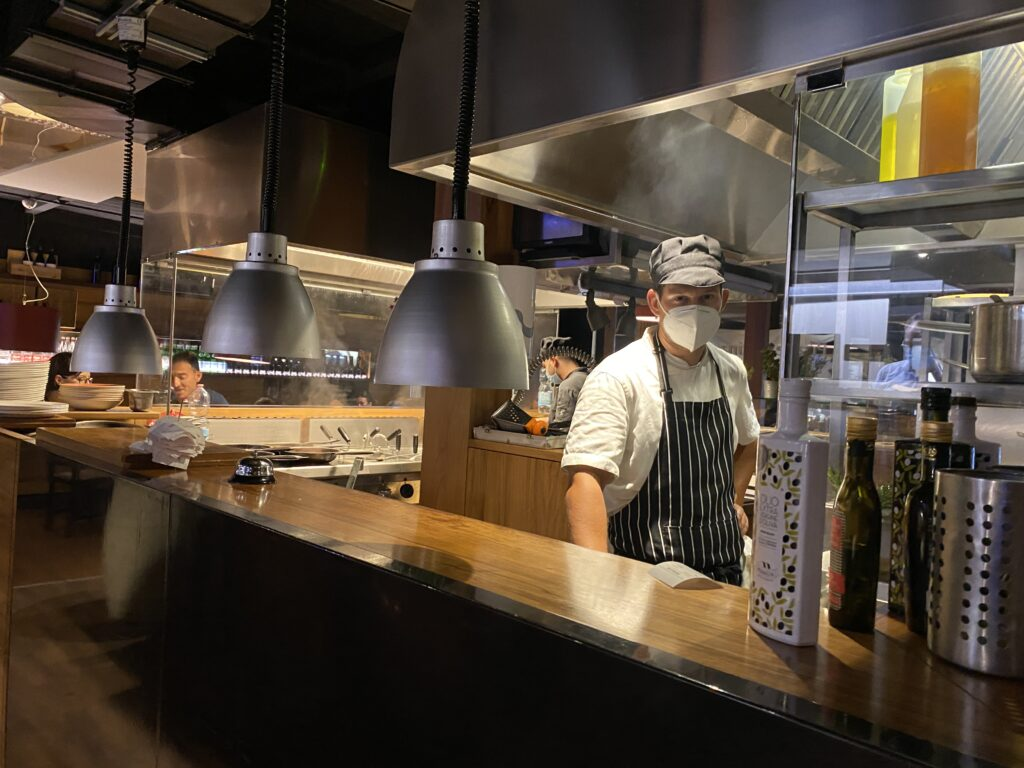 chef e cucina a vista al ristorante pizzeria torre San Giovanni Salento