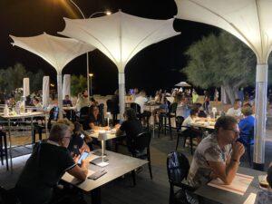 Ristorante Pizzeria Azzurra Salento . locale di design. vista dell'esterno con tavoli e luci
