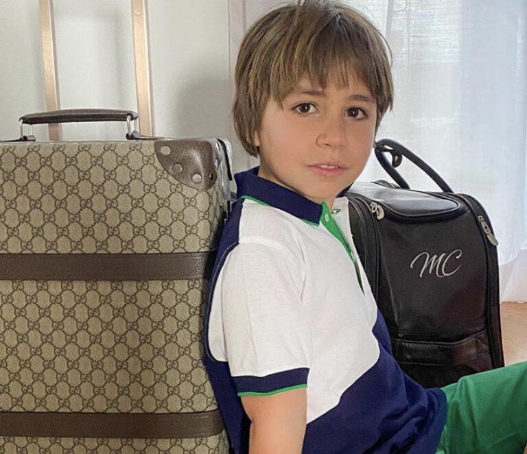 cosa mettere in valigia per una vacanze in Salento- bambino con valigie pronto a partire