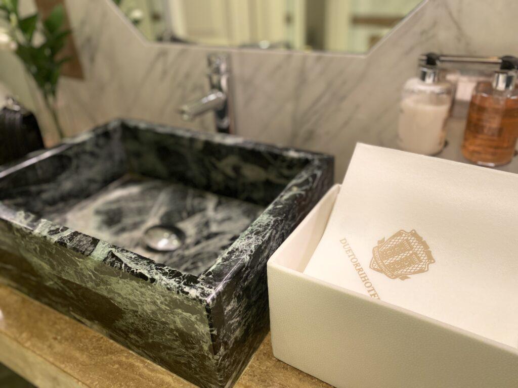 dettaglio del lavandino in marmo nero rettangolare del Grand Hotel Majestic già Baglioni Bologna