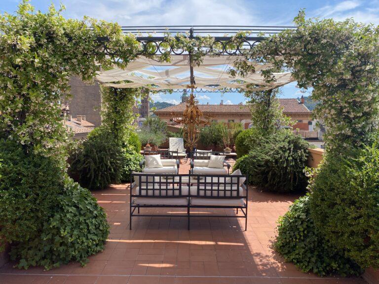 terrazzo della suite con vista sui tetti di Bologna e divenenti
