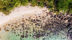 vista dall'alto di una spiaggia thailandese